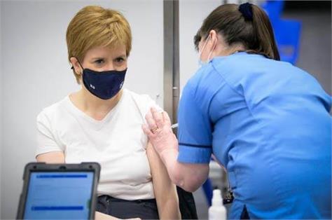 scotland  first minister nicola sturgeon administers the corona vaccine