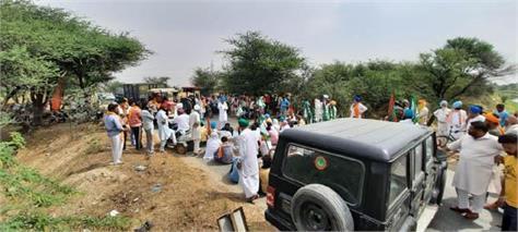 farmers chanted slogans against poor procurement arrangements